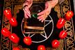 Hellseherin mit Glaskugel und Pentagramm