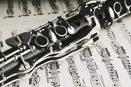 clarinete-en-una-partitura