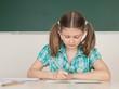 Schülerin schreibt in Arbeitsheft