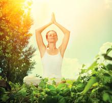 Jonge vrouw doet yoga oefeningen Outdoor