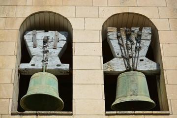 Campanas en una vieja torre