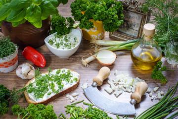 frische Gartenkräuter verarbeiten