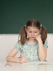 Schülerin arbeitet an ihre Hausaufgaben