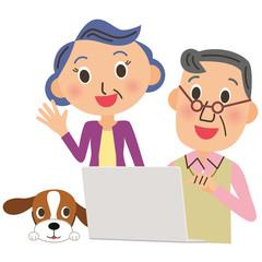 老夫婦でパソコンを見る