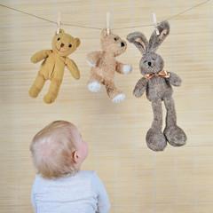 Kind mit drei Teddys