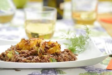 Piatto di riso rosso con scampi allo zafferano