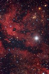 Nebulosa rossa nel cielo di notte