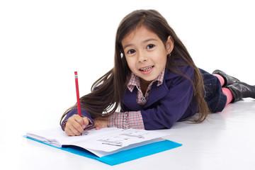 enfant fait ses devoirs