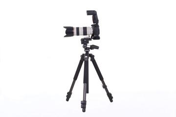 appareil photo avec trépied sur fond blanc