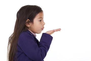 enfant souffle dans la main sur fond blanc