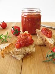 Herzhafte Tomatenkonfitüre mit Rosmarin