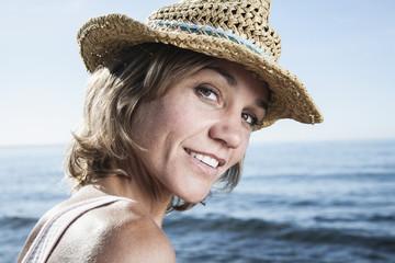 Spanien, Frau mit Strohhut am Atlantik