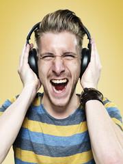 Portrait von schreienden jungen Mann mit Kopfhörer
