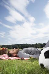 Deutschland, Köln, Mann Entspannung auf Picknickdecke