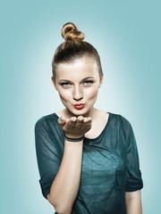 Teenager-Mädchen bläst einen Kuss