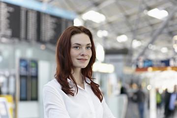 Deutschland, Köln, junge Frau am Flughafen