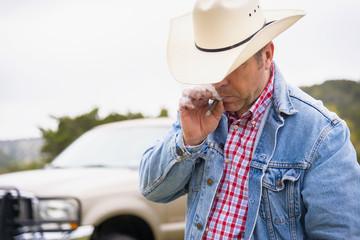 Texas, Cowboy Zigarre rauchen, Pick-up im Hintergrund