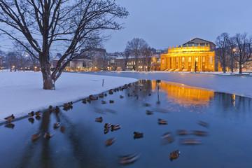 Deutschland, Stuttgart, Enten im Teich und Eckensee Opernhaus im Hintergrund