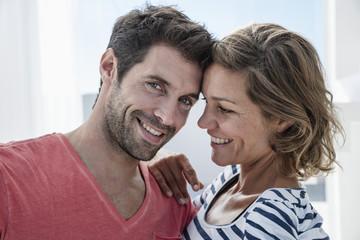 Spanien, Paar in der modernen Wohnung