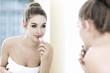 Teenager Mädchen, die Lippenstift auftragen