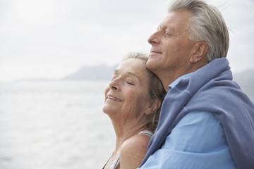 Spanien, Senioren Paar auf Strand am Atlantik
