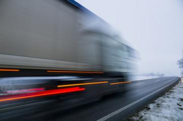 Österreich, Cargo- LKW auf Landstraße im Winter