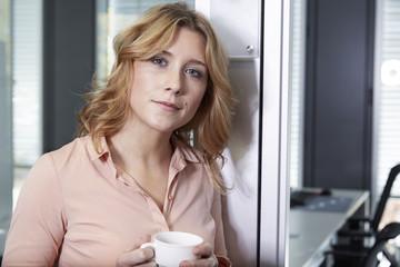 Deutschland, Junge Frau im Büro