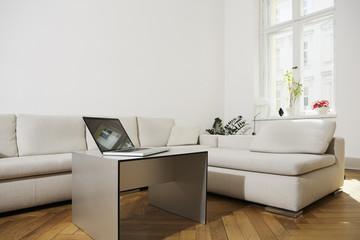 Deutschland, Berlin, Laptop auf Wohnzimmertisch