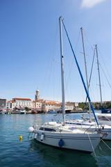 Kroatien, Krk, Blick auf Boote im Hafen
