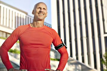 Lächelnder sportlicher Mann im Freien