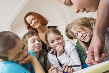 Österreich, Kinder mit Lehrer
