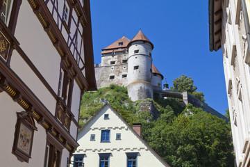 Deutschland, Baden Württemberg, Heidenheim, Blick auf Schloss Hellenstein mit Holzhaus in Heidenheim an der Brenz