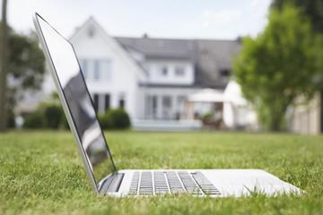 Deutschland, Köln, Laptop im Garten
