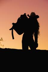 USA, Texas, Cowgirl hält Sattel