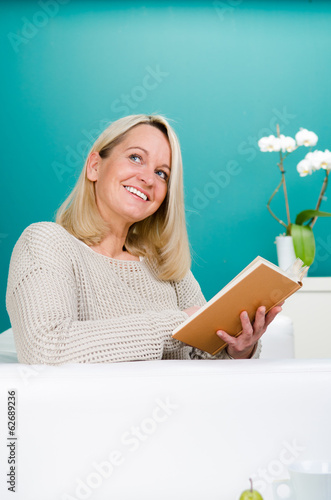 fröhliche frau liest ein buch