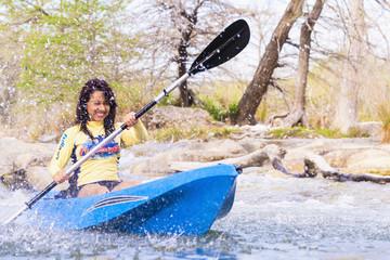 USA, Texas, Junge Frau, Kajakfahren auf Frio River