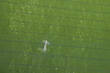 Deutschland, Blick auf Strommast in der grünen Wiese in Oppin