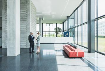 Deutschland, Stuttgart, Geschäftsleute, die Diskussion auf Office-Lobby