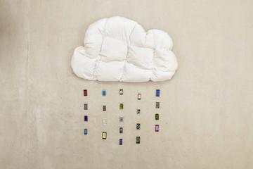 Kissen in Wolkenform mit Handys bildet Regen