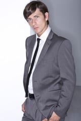 junger Mann im grauen Anzug