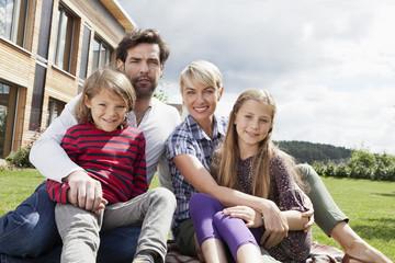 Deutschland, Nürnberg, Familie vor dem Haus