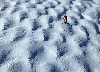 Skiläufer auf einer Buckelpiste