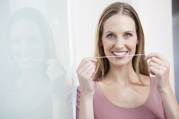 Deutschland der jungen Frau mit Zahnseide