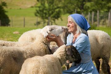 Deutschland, Bayern, Seniorin, mit Schafen auf der Farm