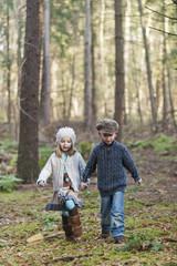 Deutschland, Mönchengladbach, Szene aus Märchen Hänsel und Gretel, Bruder und Schwester in den Wäldern