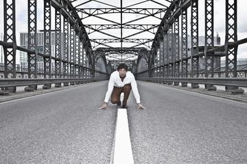Deutschland, Bayern, Junge Unternehmer in Startposition auf der Brücke