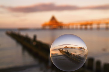 Deutschland, Usedom, Heringsdorf, Reflexion der See und Brücke in der Glaskugel