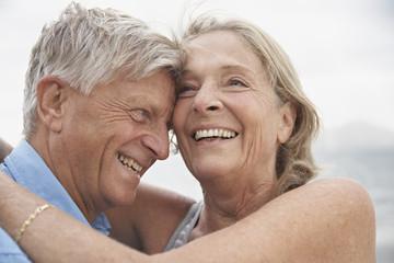 Spanien, Mallorca, Senioren Paar umarmt am Strand