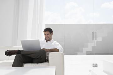 Spanien, Geschäftsmann mit Laptop