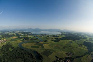 Deutschland, Bayern, Ansicht der Weidelandschaft und Chiemsee